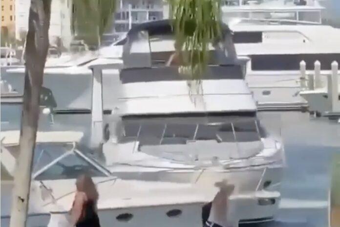 Båd sejler ind i bro