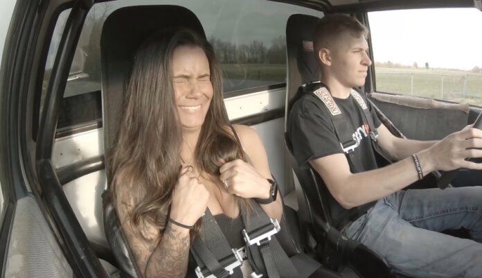 Smuk kvinde i tunet bil