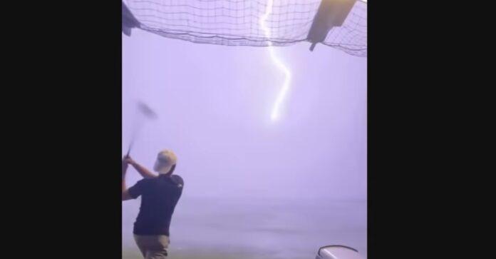 Golfbold ramt af lynet